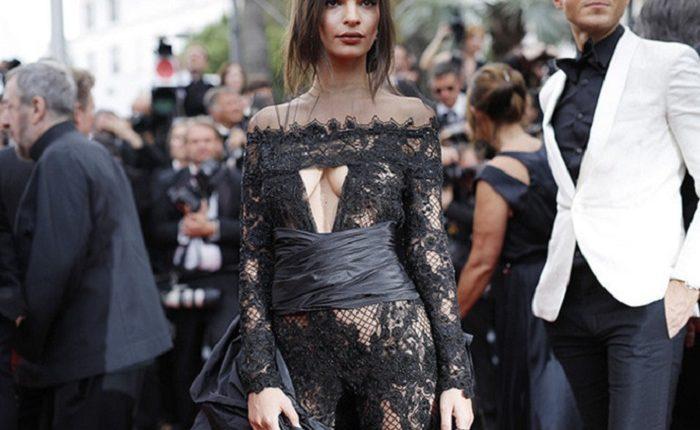 Модель Эмили Ратажковски впечатлила готическим платьем высшее общество в Каннах