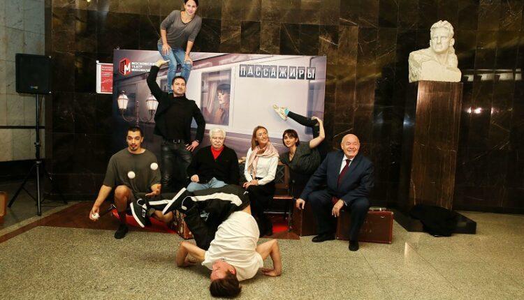 Пассажиры московского метро стали зрителями спектакля канадского театра-цирка
