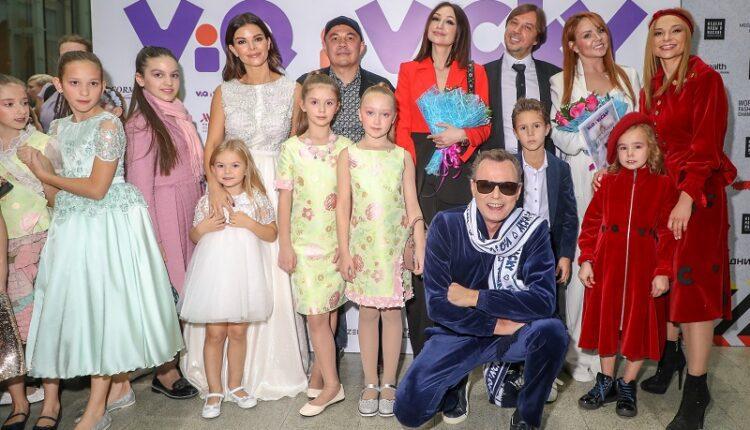 Неделя моды в Москве: молодая жена Дмитрия Диброва прошлась по подиуму в вечернем шелковом платье