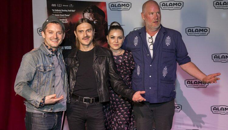 Элайджа Вуд и Little Big станцевали вместе на премьере хоррора «Иди к папочке» в Лос-Анджелесе