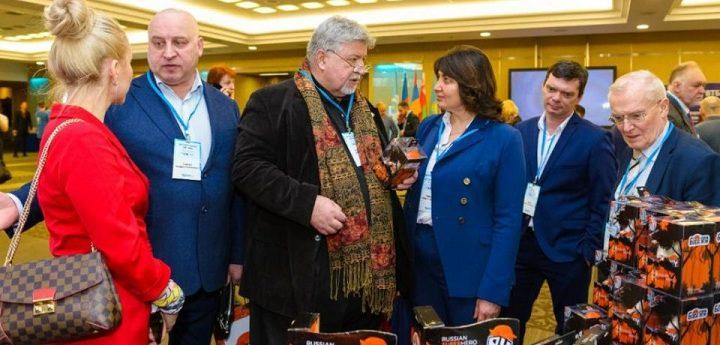 Президент ТПП РФ Сергей Катырин получил в подарок миниатюрную Бабу Ягу на экономическом форуме