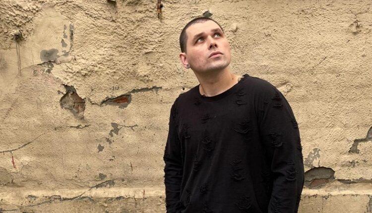 Михаил Озеров – певец, музыкант, композитор, финалист ТВ шоу «Голос» и солист Театра «Градский холл» выпустил свой первый трек под названием «Биение».