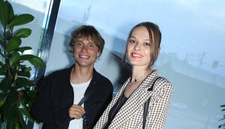 Звезда фильма «Ёлки» пришёл на премьеру сериала #СНИМИТЕМАШУ со спутницей.