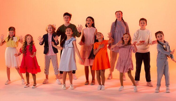 Красивые платья, струнный оркестр и качели над облаками: в Москве прошли съемки клипа на песню «Мой новый день», с которой 11-летняя София Феськова будет представлять Россию на конкурсе «Детское Евровидение».
